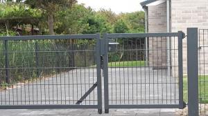 Practische poort zomerhuisje