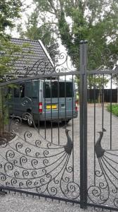 detail poort met pauw